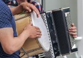 Hands of street musicians with a drum and an old accordion — Stockfoto