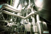 Industriområde, stål rörledningar i blå toner — Stockfoto