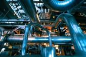 Industriezone, Stahl-Rohrleitungen in blauen Farbtönen — Stockfoto