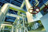 Промышленная зона, стальные трубопроводы, клапаны и кабели — Стоковое фото