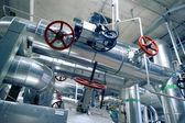 Zone industrielle, les canalisations en acier, les valves et les câbles — Photo