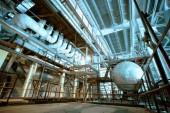 Zona industriale, condutture in acciaio, valvole e cavi — Foto Stock