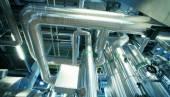 Industriområde, stål rörledningar, ventiler och kablar — Stockfoto