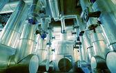 ブルーの色調で工業地帯、鋼鉄パイプライン — ストック写真