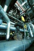 Zona industriale, valvole e tubazioni in acciaio — Foto Stock