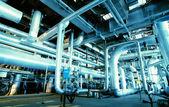 Zona industriale, condutture in acciaio, valvole e pompe — Foto Stock