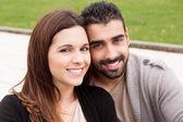 Paar knuffelen elkaar — Stockfoto