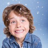 Child looking snow — Foto de Stock