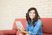 Vrouw met behulp van tablet pc — Stockfoto