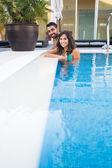 Pár v bazénu — Stock fotografie