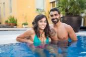 Couple dans la piscine — Photo