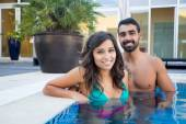 Couple in pool — Stockfoto