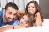 Famiglia sul letto — Foto Stock