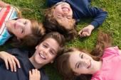 Niños tumbado en la hierba — Foto de Stock