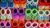 Colored knitted booties for newborns — ストック写真