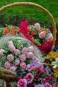 Květiny v košíku — Stock fotografie
