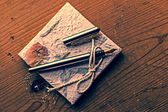Старые воспоминания дневник с пером на деревянном столе 1 — Стоковое фото
