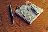 Alten Tagebuch-Erinnerungen mit Stift auf einem Holztisch — Stockfoto