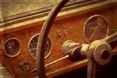 Carte postale ancienne avec l'habitacle du conducteur d'une voiture classique vintage 6 — Photo