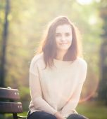 Young woman outdoor portrait, soft sunny daylight — Stock Photo
