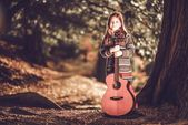 Girl and Guitar in the Park — Stock Photo