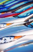 Nieuwe auto's voorraad in rij — Stockfoto