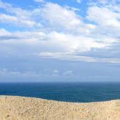 Un mucchio di sabbia su una spiaggia contro il mare e il cielo. Pronti per il montaggio di visualizzazione del prodotto — Foto Stock