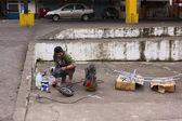 Spraying Metal Frame in Banos, Ecuador — Stock Photo