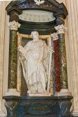 Apostle Simon sculpture in Basilica of Saint John Lateran in Rom — Stock Photo