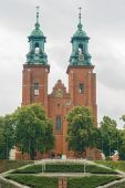 Towers of the Basilica Archdiocese in Gniezno — Stock Photo