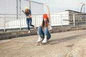 Två unga longboarding flicka vänner — Stockfoto