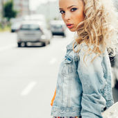Beautiful blonde woman on the street — Foto de Stock