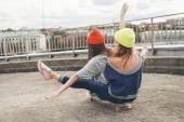Dos amigas jóvenes longboarding — Foto de Stock