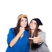 Swag tjejer visar långfingret. Fashion hipster kvinnor — Stockfoto