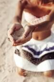 Vrouw handen met zand op het strand — Stockfoto
