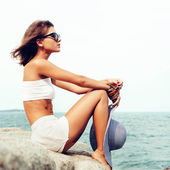 Summer fashion woman posing on ocean seashore — Stock Photo