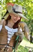 Pirate vrouw met een uil — Stockfoto