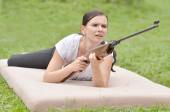 Girl aiming a pneumatic rifle — Stock Photo