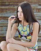 Frau rauchen e-zigarette — Stockfoto