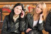 Girls using mobile phone — Stockfoto