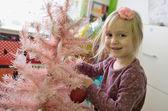 Little girl decorating Christmas tree — Fotografia Stock