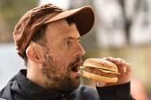 Man eating a hamburger — Stock Photo