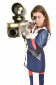 Kvinna utbildning sport skytte med luftgevär pistol — Stockfoto