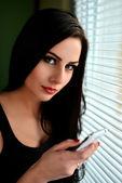 Piękna kobieta z telefonów komórkowych — Zdjęcie stockowe