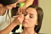 Make-up artist doing make up — Stock Photo