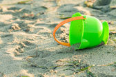 Toy bucket on a beach — Φωτογραφία Αρχείου