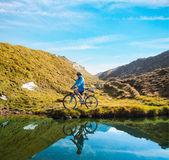 Cyclist woman in hight mountais — Stock Photo