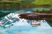 Barco de pesca pequena no Fiorde cênica em lofoten, Noruega — Fotografia Stock