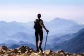 Mujer turista en la cima de monte, — Foto de Stock