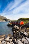 Typical red rorbu fishing hut in village Nusfjord — Foto Stock